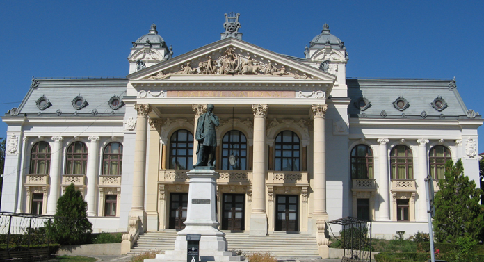 Esplanada din fața Teatrului Național, transformată în parc