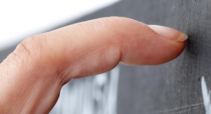 De ce ne deranjează scârţâitul unghiilor pe tabla de scris?