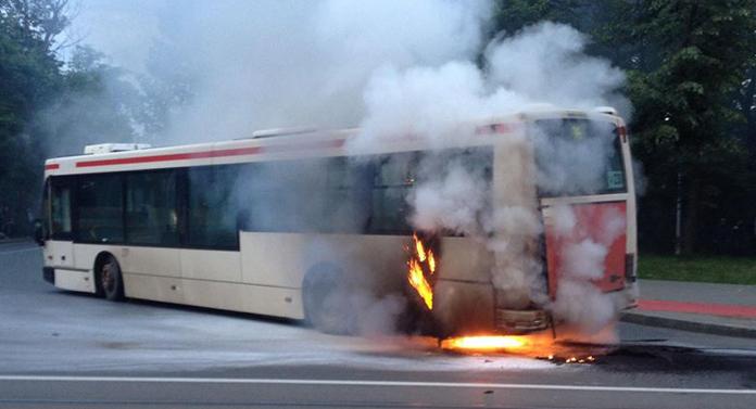 Un autobuz din Suceava a luat foc într-o intersecţie