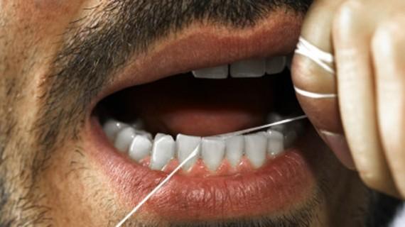 Este bine să folosim aţa dentară?