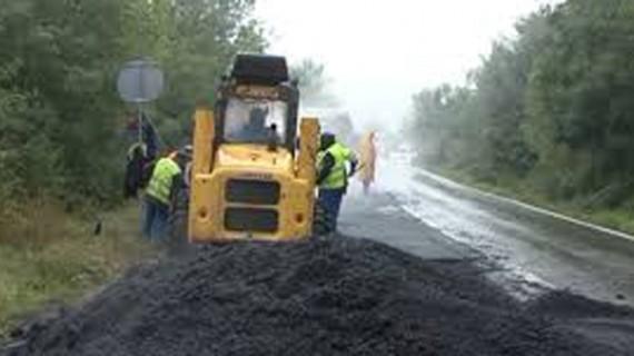 A început asfaltarea singurului drum de pământ din ţară