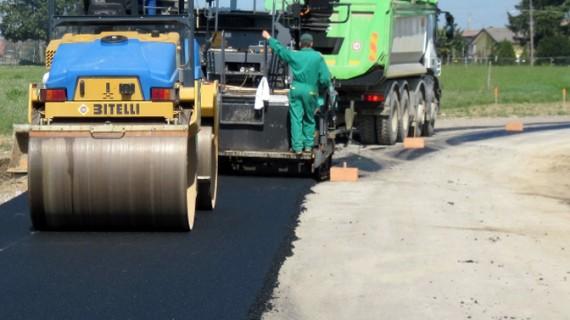 Se asfaltează mai multe drumuri județene