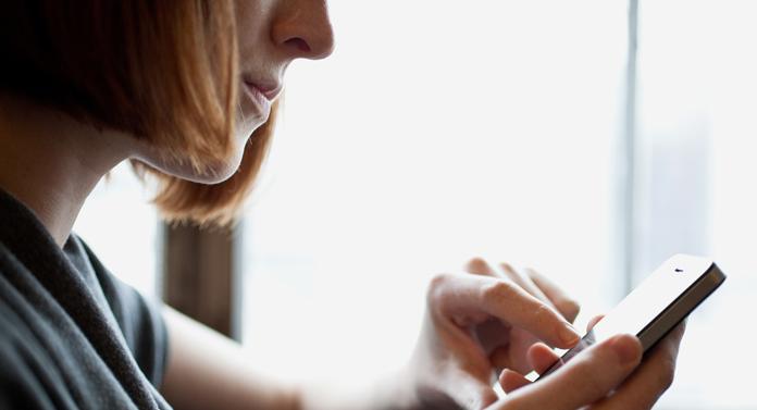 Lanterna de pe telefonul mobil îi ajută pe hackeri să vă fure datele personale