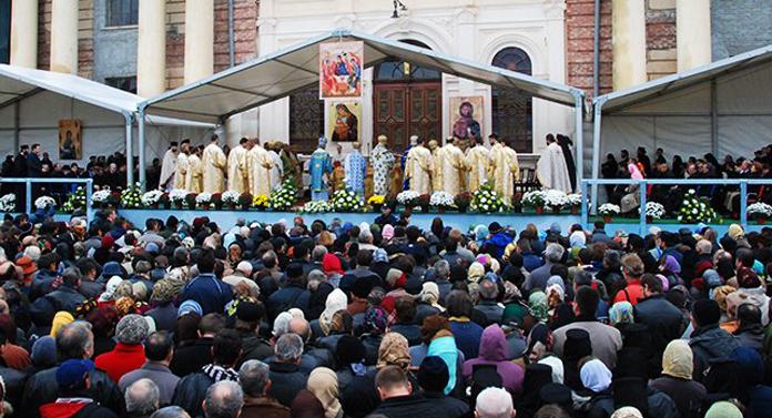 Racla cu moaștele Sfintei Parascheva a fost scoasă în curtea Mitropoliei