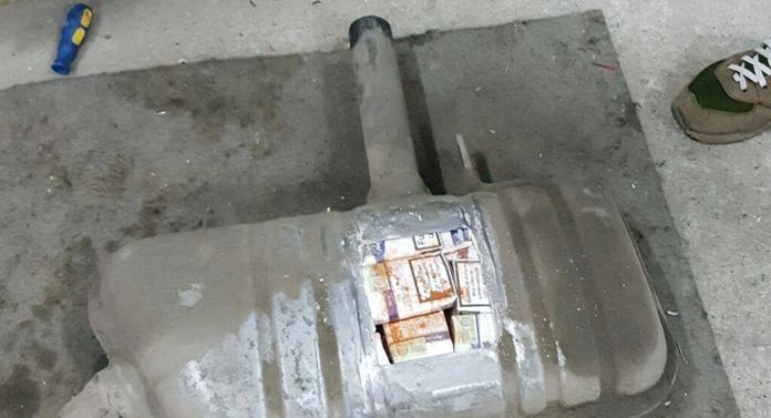 Prins cu țigări de contrabandă ascunse în plafonul mașinii
