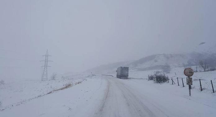 Circulație în condiții de iarnă pe toate drumurile din Botoşani