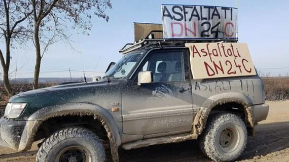 Protest pentru asfaltare singurului drum de pământ din România