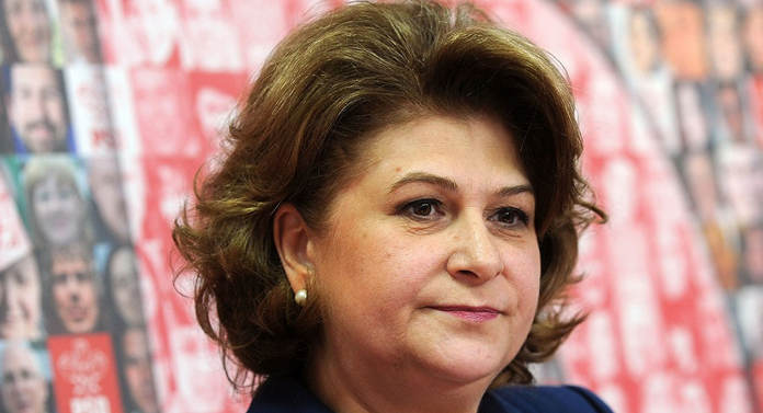 Rovana Plumb vine la Iași cu un sac de bani