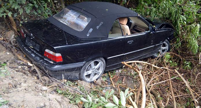 BMW abandonat în pădure după un accident cumplit. Deocamdată nu se știe dacă sunt victime