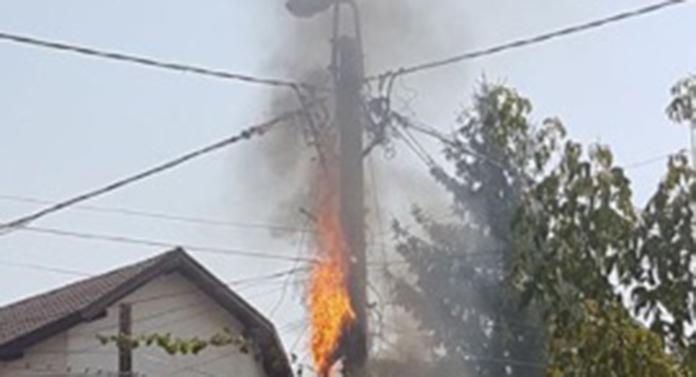 Un stâlp a luat foc. Alimentarea cu energie electrică a fost întreruptă