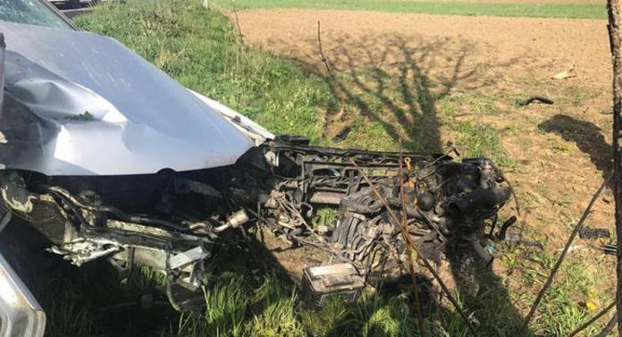 Crunt! A acroșat o mașină, după care a lovit un stâlp… Ce a pățit șoferul