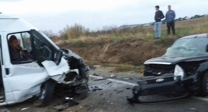 Imagini cu accidentul în care două mașini s-au făcut zob la Suceava