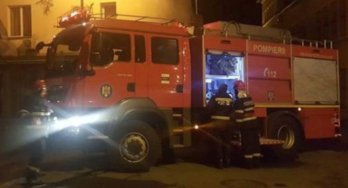 Patru persoane au ajuns la spital după un incendiu la un bloc din Botoşani