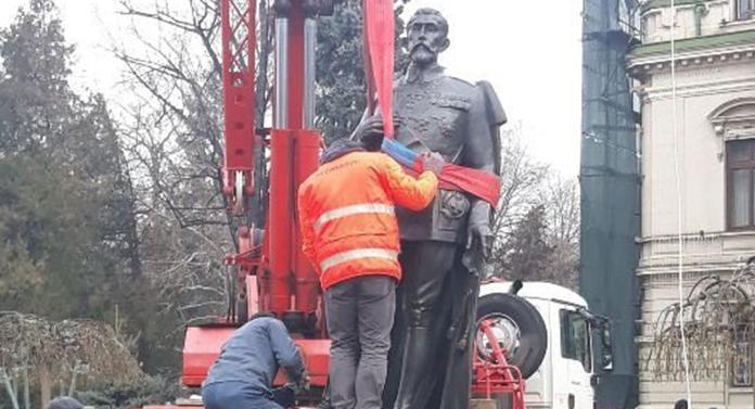 Statuia regelui Ferdinand I, amplasată în fața Primăriei