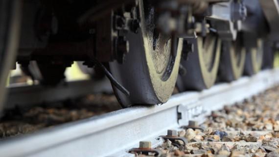 O botoșăneancă a scăpat nevătămată după ce a intrat cu mașina într-un tren