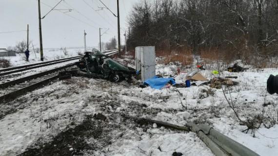Maşină lovită în plin de tren. Pasagerii au murit pe loc