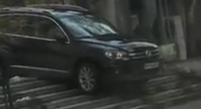Degeaba ai SUV, dacă nu ai minte: a coborât scările cu mașina!