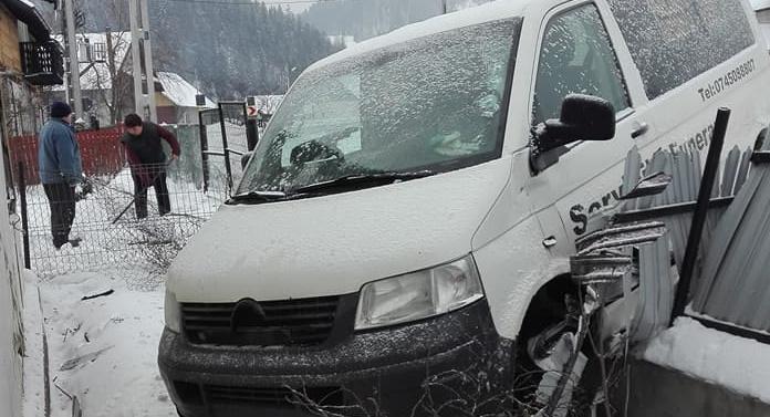 Accident cel puţin ciudat în Suceava. Mai avea puţin şi intra cu maşina de servicii funerare în casa omului!