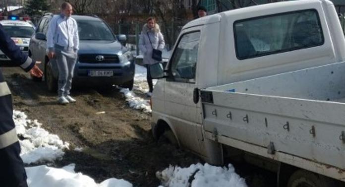 Camionetă scoasă din noroi de pompieri, la Botoșani