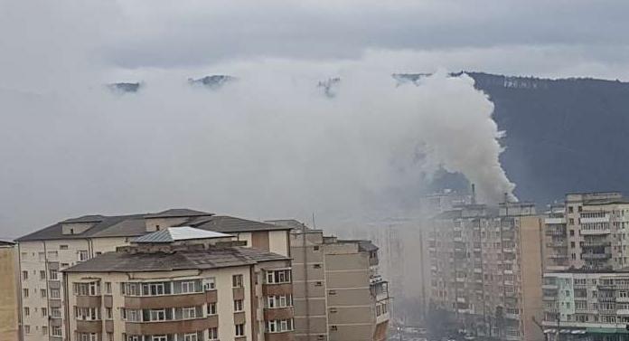 Incendiu la etajul 9 al unui bloc din Piatra Neamţ