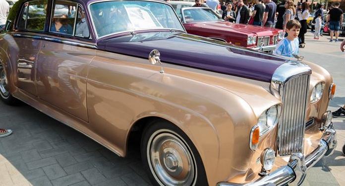 Automobilele de epocă au atras ieșenii la Palas