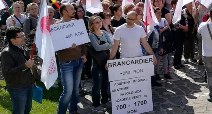 Protest Sanitas, în fața Prefecturii. O infirmieră a leșinat
