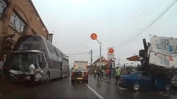 Accident cumplit în această dimineaţă. 5 persoane sunt rănite. Au fost implicate un autocar şi o camionetă