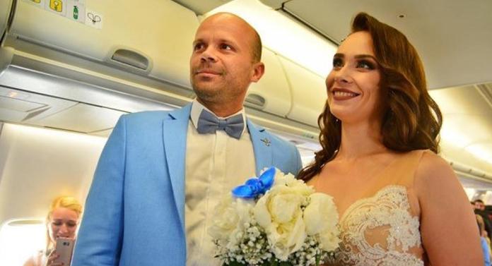 Inedit. Un pilot s-a căsătorit într-un avion, pe Aeroportul Iași