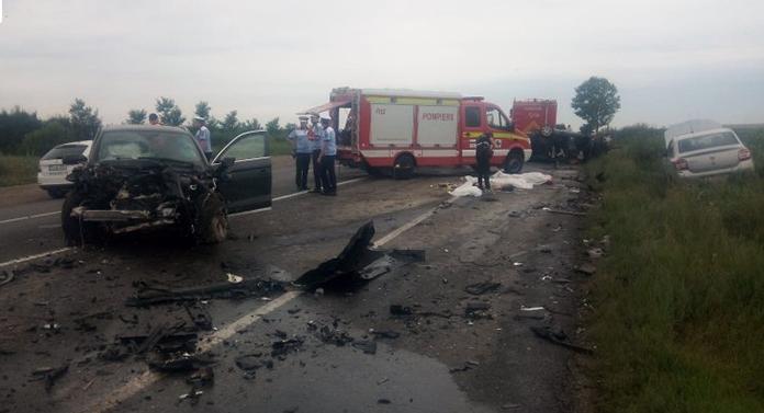 Trei persoane au murit după ce un şofer a intrat pe contrasens şi a lovit trei maşini
