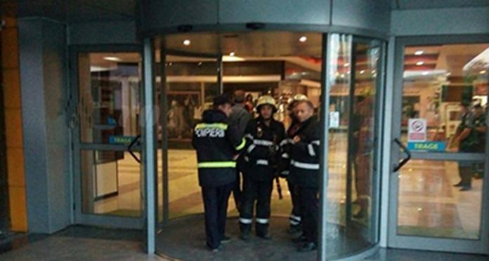 Tavan prăbușit într-un mall. Un copil și 2 adulți au ajuns la spital cu răni grave