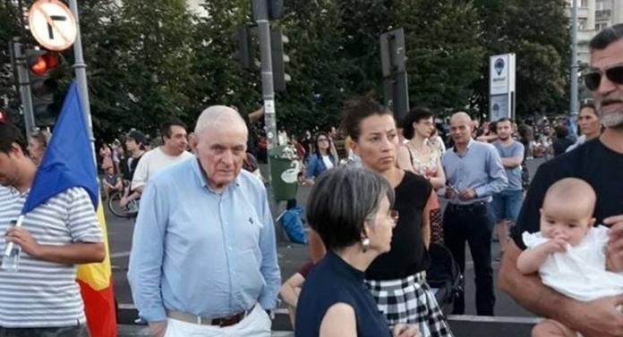 """Cel mai bun """"prieten"""" al românilor cu credite la bănci, la protestele din Piața Victoriei"""