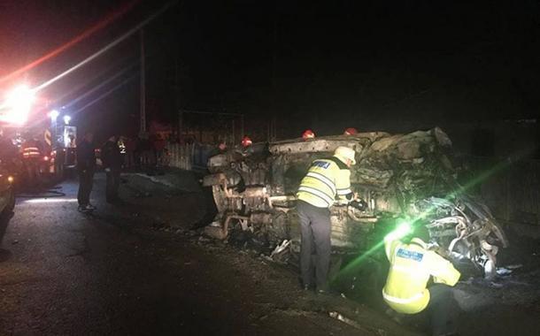 Un tânăr de 20 de ani nu a mai putut ieși din mașina care i-a luat foc și a murit carbonizat