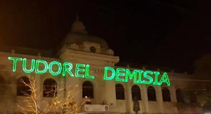 """Mesaje anti-Toader, proiectate pe clădirea Universităţii """"Al. I. Cuza"""""""