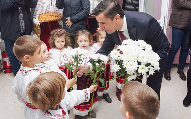 Chirica, precum Ceaușescu: întâmpinat cu flori de copii îmbrăcați în ii