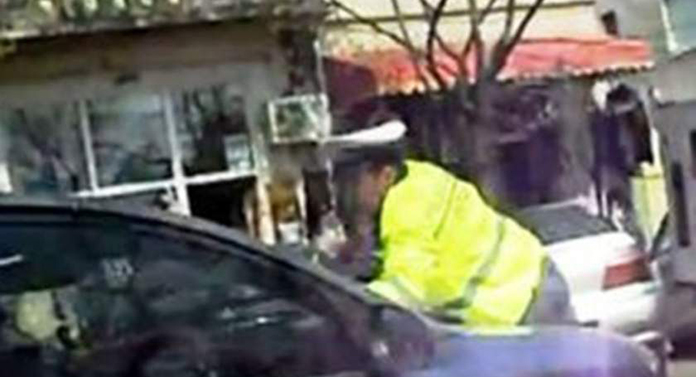 Polițist luat pe capotă de un șofer