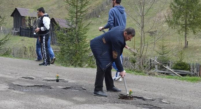 Protest inedit la Broșteni: Au plantat flori și puieți în gropile din asfalt