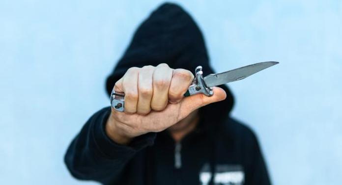 Polițist aflat în timpul liber, atacat cu un cuțit