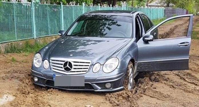Imaginea zilei: Mercedes împotmolit în noroi!
