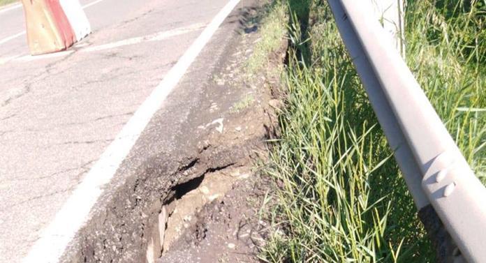 Alunecare de teren pe drumul care leagă Târgu Ocna de Târgu Trotuș
