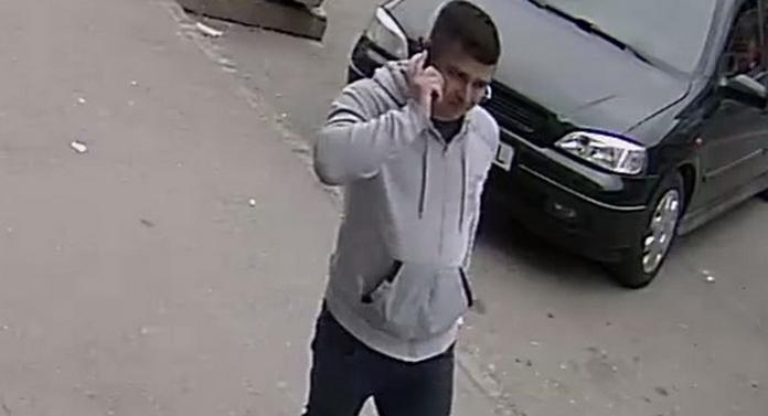 Dacă-l vedeți pe stradă, sunați imediat la poliție. Este căutat pentru tâlhărie
