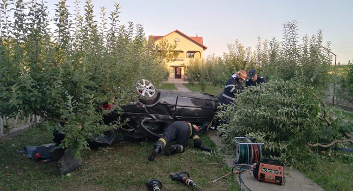 A aterizat cu mașina în curtea unei case din județul Botoșani