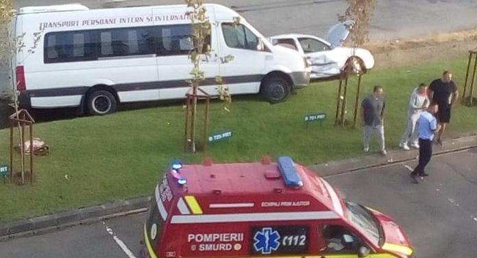 Accident cu un microbuz în care se aflau 17 deţinute. Un copil şi două femei au ajuns la spital