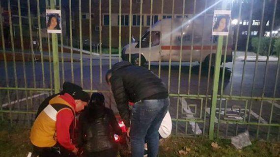 Ambulanţă atacată cu pietre de protestatarii revoltaţi de cazul tinerei care a murit după ce a născut