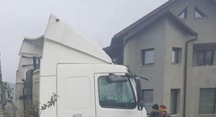 A intrat cu camionul în curtea unei locuințe