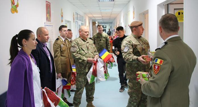 """Cadouri pentru copiii internați la Spitalul """"Sf. Maria"""" Iași din partea militarilor"""