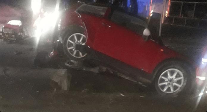 Trei persoane rănite după ce au intrat cu mașina într-un cap de pod, la Dumbrăveni
