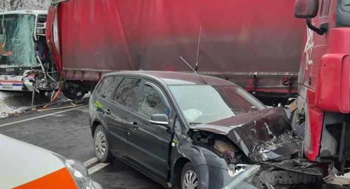 Accident groaznic în această dimineaţă. Un autocar cu 43 de persoane şi o maşină, spulberate de remorca unui TIR