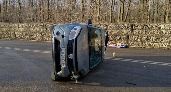 S-a răsturnat cu maşina în mijlocul drumului