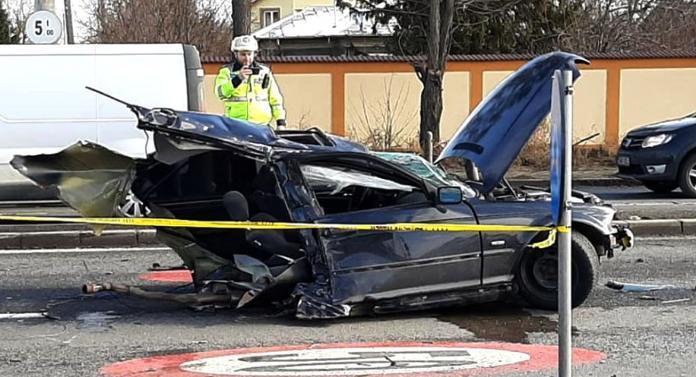 Accident teribil: maşină ruptă în două