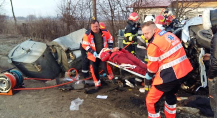 Accident cumplit la Botoșani! Doi tineri încarceraţi